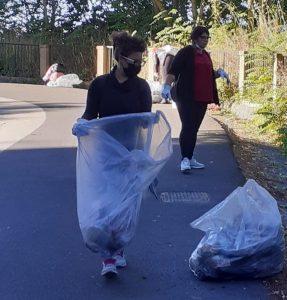 La raccolta dei rifiuti in via Papardura